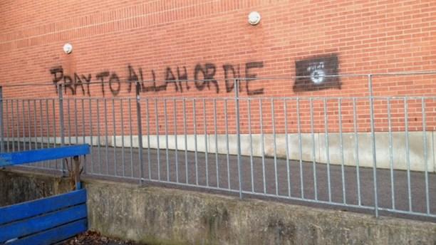 """""""Pregate Allah o morte"""" su muro scuola – FOTO"""