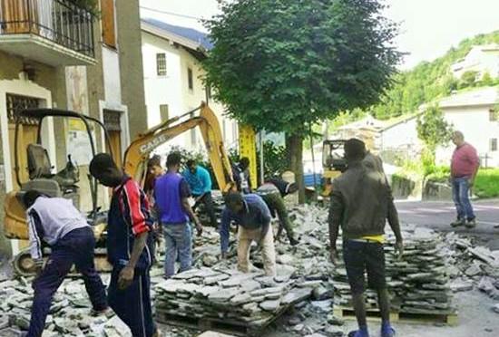 """Collio: """"Profughi lavorano a spese nostre per albergatore che li ospita"""" – FOTO"""