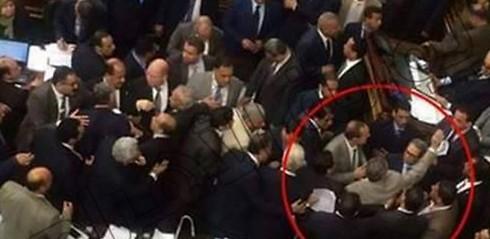 Egitto: deputati aggrediscono collega perché incontra Ebreo – VIDEO