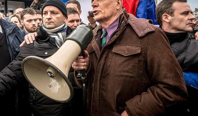 Generale Legione arrestato da Hollande lancia appello a soldati