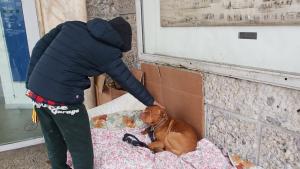Operaio perde lavoro, ora dorme sotto i portici con il suo cane