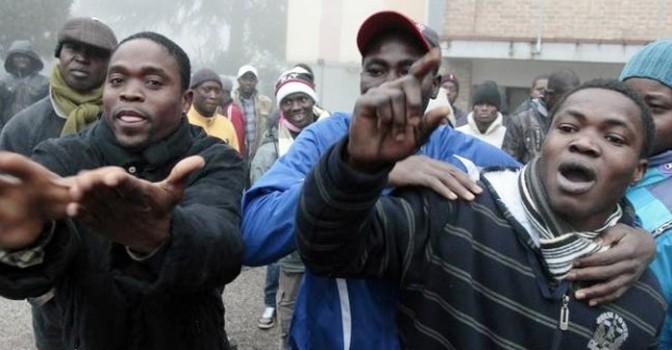 Piazzano 20 maschi africani in bifamiliare dove vive mamma con 2 bimbi