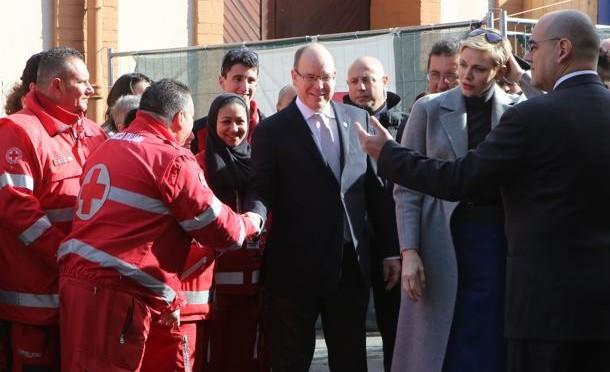 Principe di Monaco ama i profughi con il sedere degli altri: visita oscena a Ventimiglia