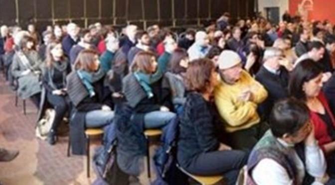 Invasione di cloni al convegno PD: photoshop per riempire la sala semi-deserta