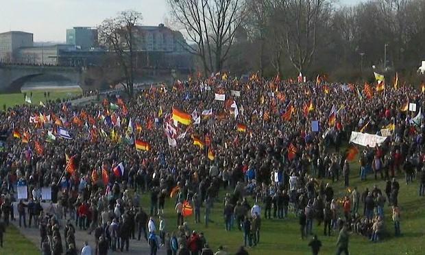 Migliaia a dimostrazione Pegida contro la 'Grande Sostituzione etnica'