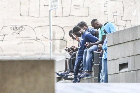 Piazza assediata dai profughi a caccia di wi-fi