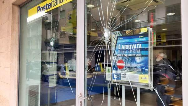 Centri sociali e migranti devastano vetrine