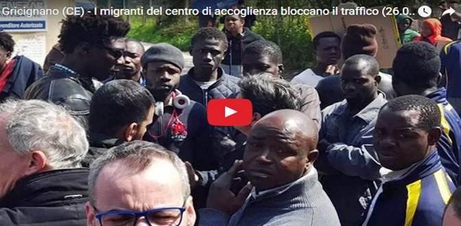 """Profughi in villette a schiera bloccano strada: """"Non ci piacciono"""" – VIDEO"""
