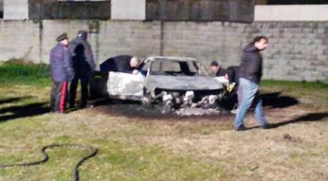 Si dà fuoco dentro l'auto: morto carbonizzato