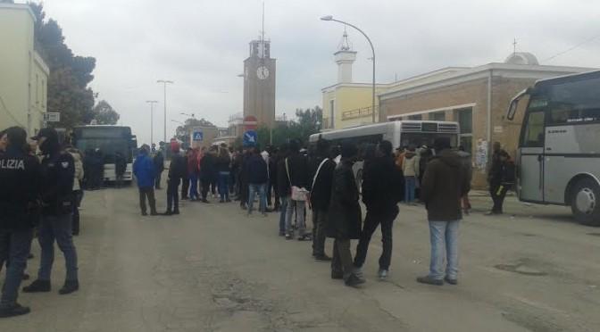 Bus riservato ai profughi, studenti e lavoratori a piedi: stamani lo hanno bloccato – FOTO