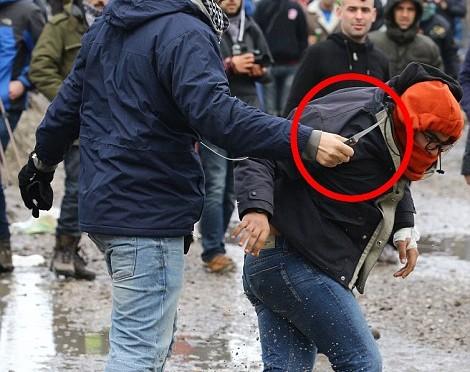 Calais: clandestini armati di coltello attaccano – FOTO