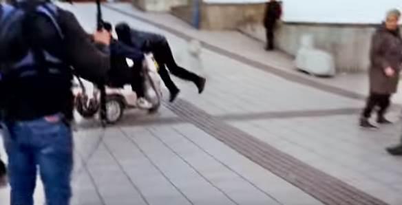 Disabile deriso e picchiato da immigrato: carrozzina ribaltata