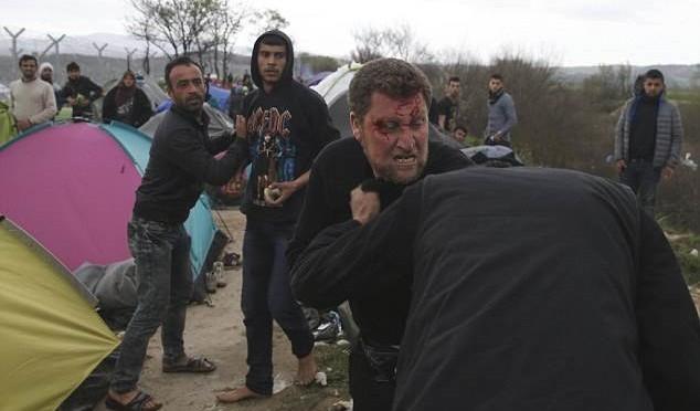 I 'profughi' si affrontano a colpi di pietre a confine greco macedone – FOTO