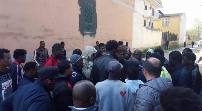 """Profughi scatenati a Torino, attaccano operatori: """"Vogliamo quel cadavere"""""""