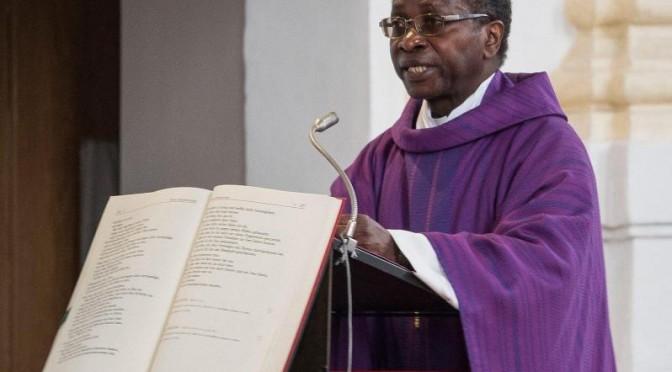 Prete africano predica a favore invasione: fedeli lo cacciano