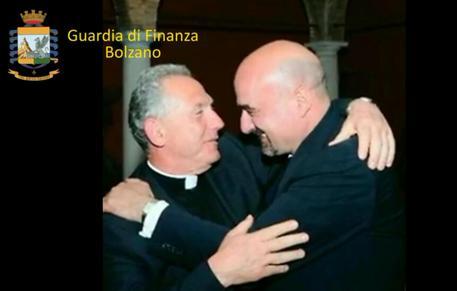 """Faccendiere accusa vescovo dei migranti: """"Lui mente truffa"""""""