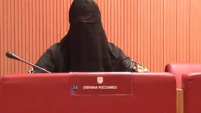 Donna leghista protesta contro burqa in aula