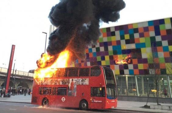 LONDRA: IMMIGRATI DANNO BUS ALLE FIAMME – VIDEO