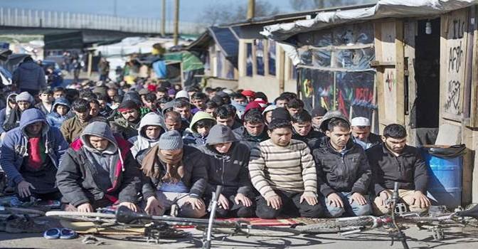 Calais: clandestini islamici si preparano a scontri pregando Allah – FOTO