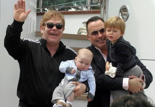 "Guardia del corpo denuncia Elton John: ""Mi ha infilato le dita nel…"""