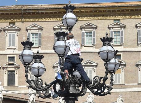 Protesta verso Bergoglio: arrestato da gendarmeria Vaticano