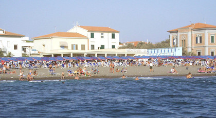 Cecina: arrivate decine di profughi in hotel sul mare