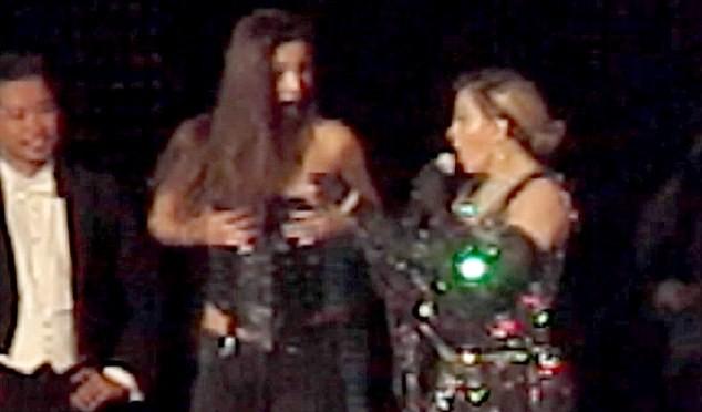 Madonna sempre più disperata: denuda fan adolescente sul palco