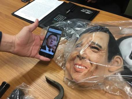Ladri usano maschera di Renzi: è il loro esempio