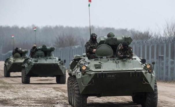Ungheria schiera carri armati lungo frontiera: clandestini spariti