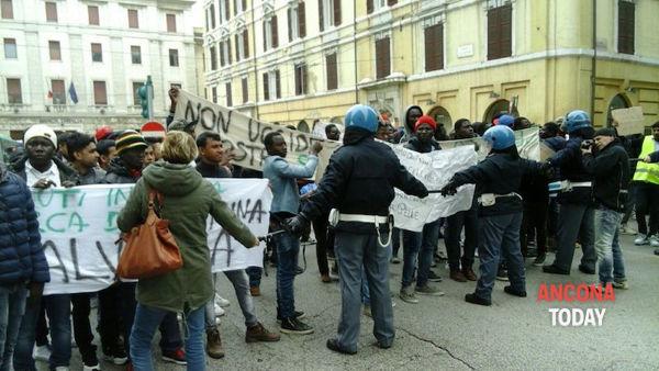 """Ancona, Clandestini bloccano auto: """"La prossima volta sarà molto peggio"""""""