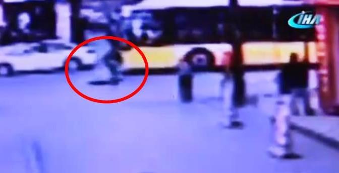 Profugo sposta tombino e si tuffa nelle fogne: morto – VIDEO