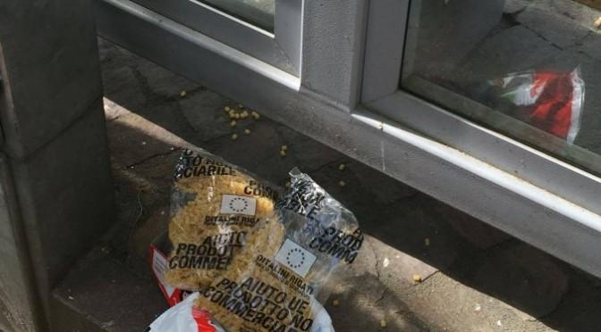Pasta per profughi gettata per strada – FOTO