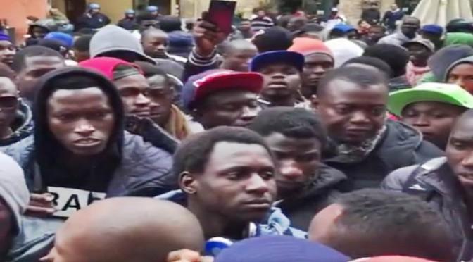 Sotto l'assedio degli immigrati: cittadini costretti a barricarsi in casa – VIDEO