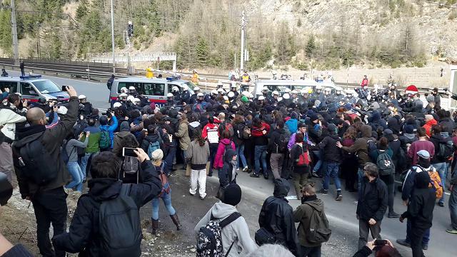 """Centri sociali attaccano polizia perché """"non fanno entrare i migranti"""" – VIDEO"""