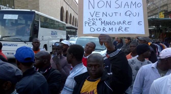 """Rivolta profughi: """"Vogliamo telefonino e sussidio di 60 euro"""""""