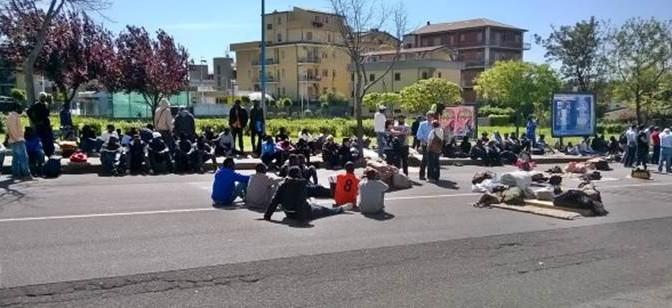 Finti profughi occupano strada per 4 giorni, vogliono avvocato