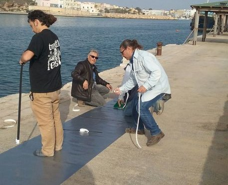 Steso tappeto per allietare sbarco clandestini a Lampedusa – FOTO