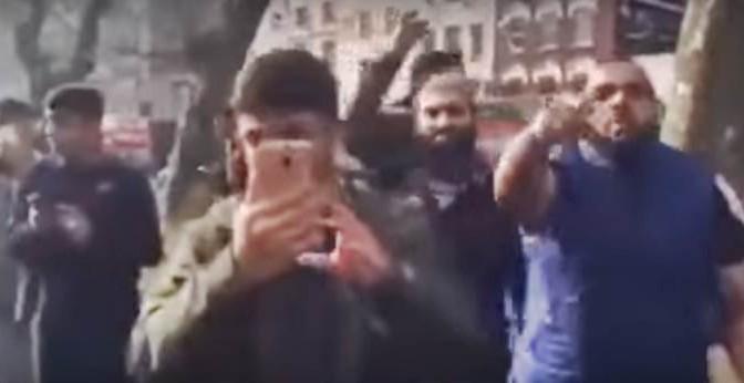 """Islamici cacciano agenti: """"Ormai è il nostro paese, andate via"""" – VIDEO"""