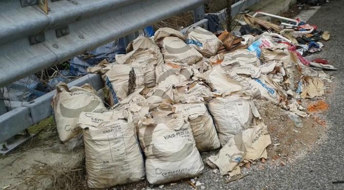 Migrante scarica sacchi spazzatura in mezzo la strada