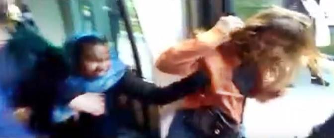 Africane e islamiche cacciano ragazza dal tram – VIDEO