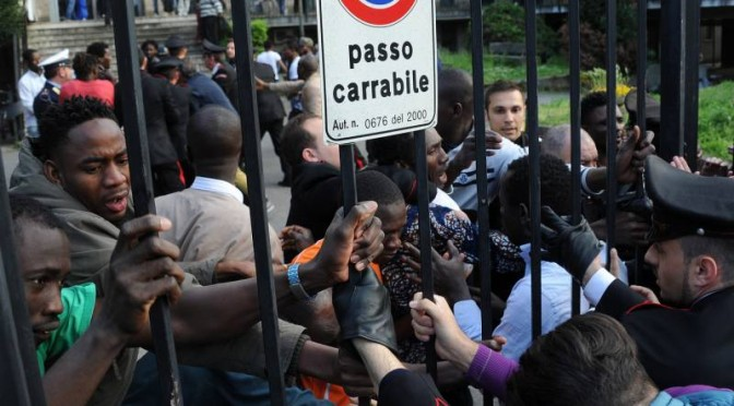 "Milano, Profughi assaltano carabinieri: ""Comandiamo noi"" – FOTO"