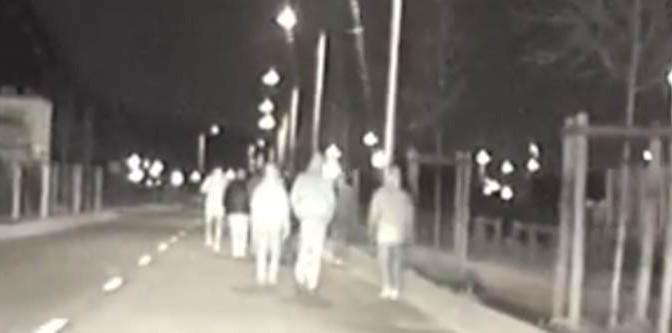 Roma, teppisti rossi incappucciati terrorizzano quartiere – VIDEO
