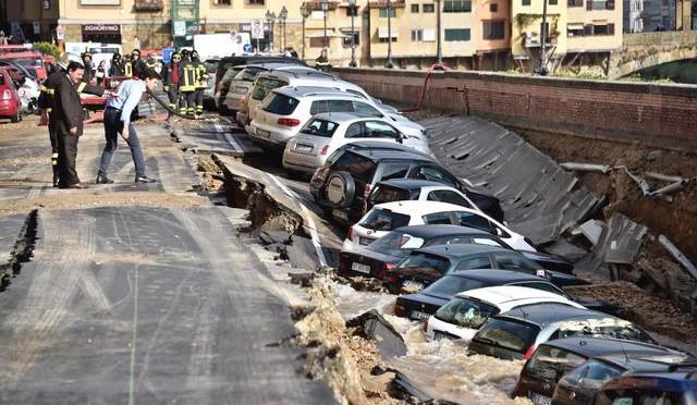 Firenze, voragine di 200 metri inghiotte decine di auto – FOTO