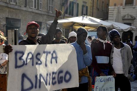 Ancona: bloccano strade perché si scopre che sono clandestini e non profughi