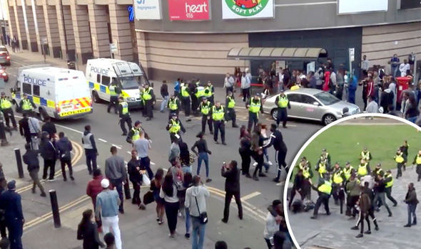 Disordini etnici a Luton (GB): Afro-islamici scatenati – VIDEO