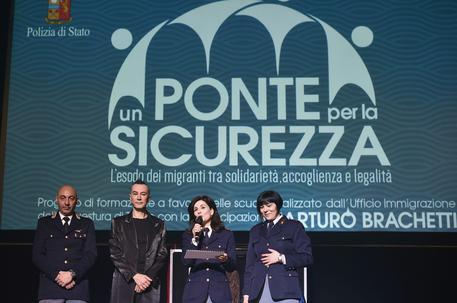 Torino: Questore si dà al cabaret, premia bambini che approvano immigrazione