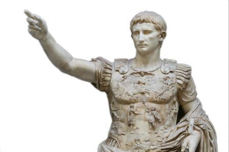 Ragazzo sfida la piazza rossa: saluto romano alla festa del 25 aprile