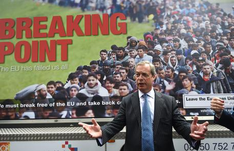 """Farage all'Italia: """"Cosa aspettate a liberarvi della UE?"""" – VIDEO"""