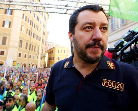 Salvini firma decreto, Forze Ordine avranno Taser
