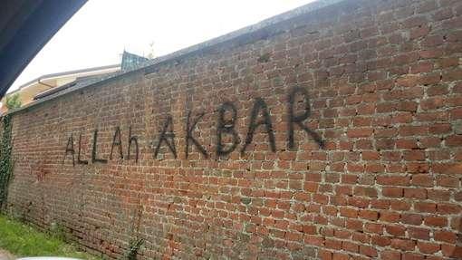 """Anche scrivere sui muri è """"odio razziale"""""""